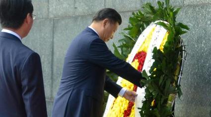 Chủ tịch Tập Cận Bình đặt vòng hoa viếng Chủ tịch Hồ Chí Minh