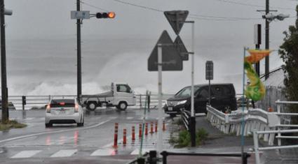Trời đột nhiên tím bầm, Nhật báo động cao nhất vì siêu bão Hagibis