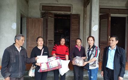Báo NTNN tặng quà cho người dân vùng lũ Hà Tĩnh: Thêm bữa cơm có đạm, có rau