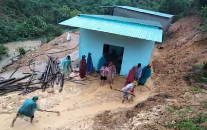 Quảng Nam: Mưa tầm tã cả đêm, miền núi chia cắt, khẩn trương sơ tán dân vùng sạt lở