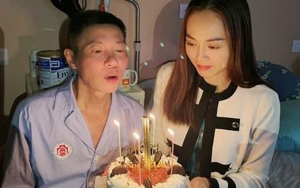 NSND Công Lý ngồi xe lăn, đón sinh nhật trong bệnh viện