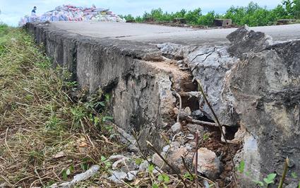 Nhiều đoạn đê bị sụt lún, đường tỉnh lộ nứt toác sau mưa lớn ở Hà Nội