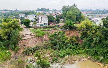 """Hàng loạt hố tử thần ven sông Hồng xuất hiện, nhà dân đe dọa bị """"nuốt chửng"""""""