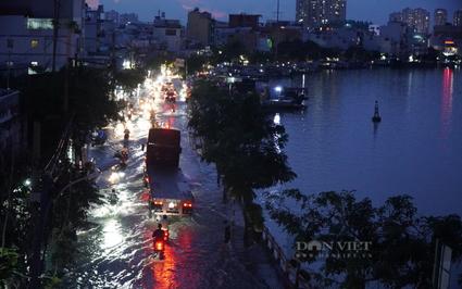 TP.HCM: Triều cường dâng cao người dân bì bõm lội  nước