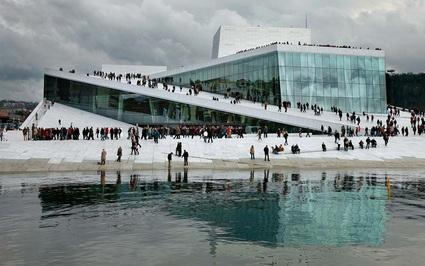 Độc đáo với tour du lịch trải nghiệm, dạo chơi trên mái nhà Oslo Opera House tại Na Uy