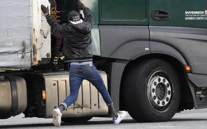 Liều mạng nhảy xe tải vào Anh: Hành trình nguy hiểm của người di cư bất hợp pháp