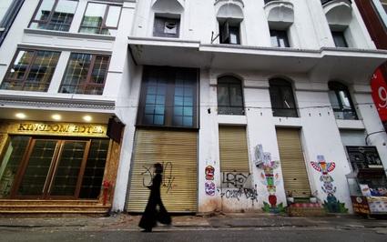 """Ảnh: Hàng loạt khách sạn trong phố cổ Hà Nội rơi vào cảnh """"đắp chiếu"""", có chỗ rao bán cả năm không ai mua"""