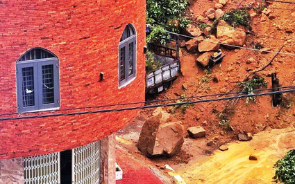 Bình Định: Sạt lở núi sát khu dân cư Ghềnh Ráng, xe tải vùi trong đất đá, nhà dân bị đe dọa