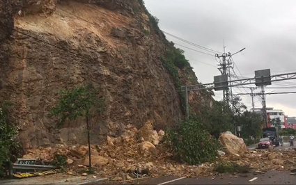 Bình Định: Sạt lở nghiêm trọng, núi đá đổ ập xuống lòng đường, một người thương nặng