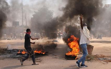 Tướng Sudan giải tán chính phủ, tuyên bố tình trạng khẩn cấp toàn quốc