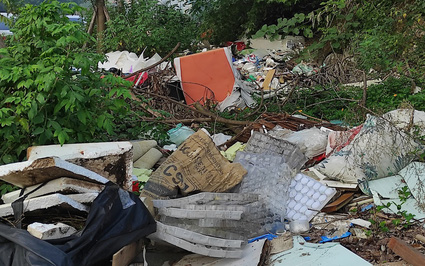 """Hà  Nội: Xuất hiện """"con đường rác"""" ở quận Cầu Giấy"""