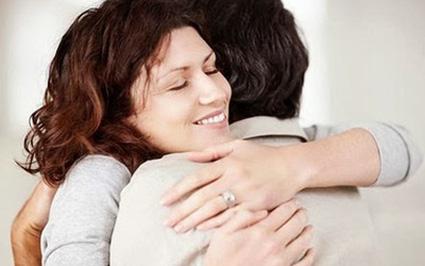 Lãng mạn là ôm chặt lấy nhau khi cầm trong tay... sổ đỏ
