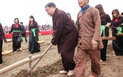 Chủ tịch Hội NDVN áo nâu chân đất đi cày trong lễ hội Tịch điền