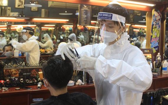 ẢNH: Người Sài Gòn xếp hàng cắt tóc, thợ mặc đồ bảo hộ, đổ mồ hôi hột ngày đầu mở lại