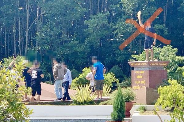 Du khách chụp hình phản cảm ở Cột mốc tọa độ Quốc gia: Không xử phạt được?