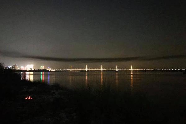 Chủ tịch Hà Nội nói gì về vệt khói đen lạ trên cầu Nhật Tân?
