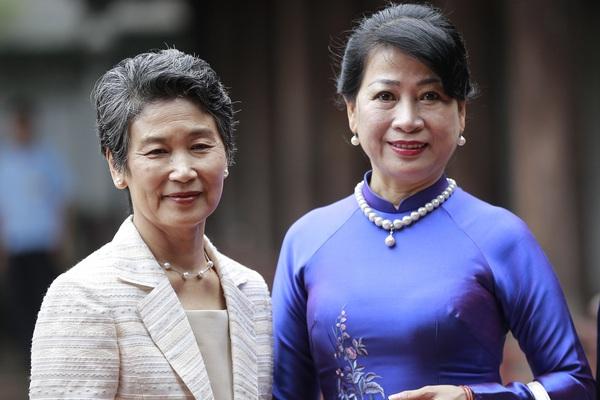Phu nhân Thủ tướng Nhật Bản Suga Yoshihide và Phu nhân Thủ tướng Nguyễn Xuân Phúc tham quan Văn Miếu
