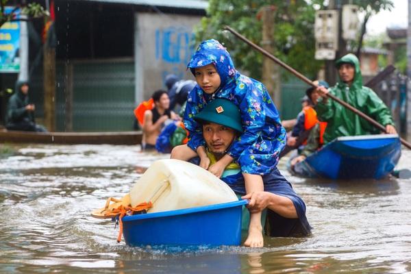 Người dân Lệ Thủy, Quảng Bình vật vã sinh tồn trong những ngày mưa lũ kỷ lục