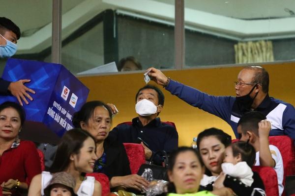 HLV Park Hang - seo rút ví ủng hộ đồng bào miền Trung ngay trên khán đài