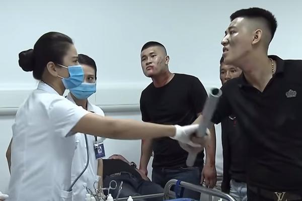 Lửa ấm tập 14: Giang hồ làm loạn bệnh viện, bác sĩ Thủy bị tát chảy máu mồm