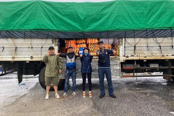 Xe tải chở đồ cứu trợ gặp sự cố, Hòa Minzy thấp thỏm lo lắng