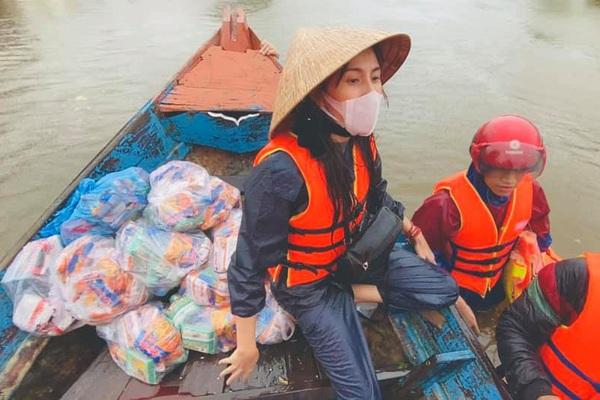 """Từ chuyện Thủy Tiên đi vào vùng lũ: Đừng biến nghệ sĩ làm từ thiện thành bia… """"ném đá"""""""