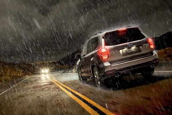 """Kinh nghiệm """"sống còn"""" khi lái xe ôtô trong bão lũ"""