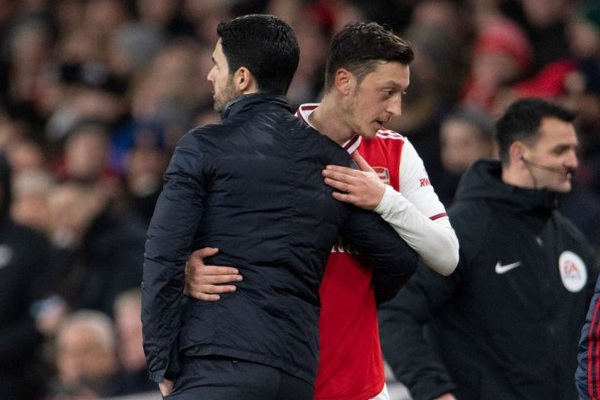 HLV Arteta giải thích việc loại Ozil khỏi 2 đấu trường lớn nhất của Arsenal