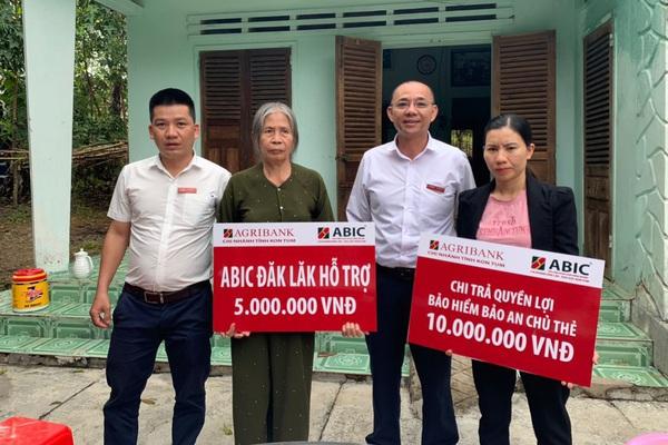 Kon Tum: ABIC chi trả tiền cho gia đình thượng úy bị lũ cuốn trôi