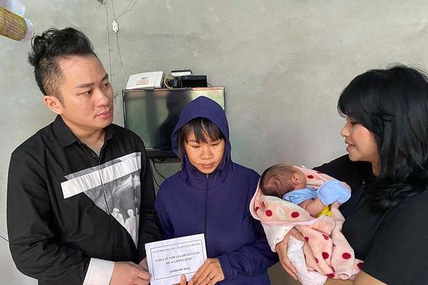 Tùng Dương - Thanh Lam nghẹn ngào khi tới thăm, trao quà cho người dân Hà Tĩnh