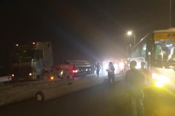 Xe đầu kéo làm rơi cột điện trên cao tốc, nhiều người thoát nạn