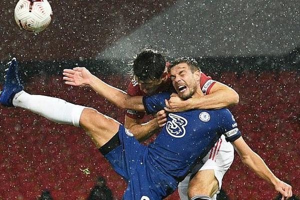 """""""VAR cố tình làm ngơ, M.U thoát thua Chelsea"""""""