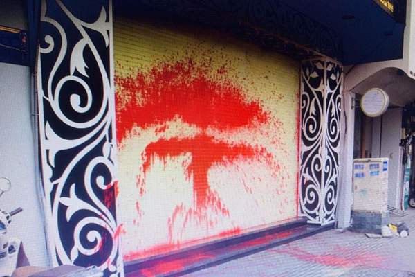 """TP.HCM: Bắt giam nhóm """"giang hồ"""" khủng bố một gia đình bằng sơn, chất bẩn"""