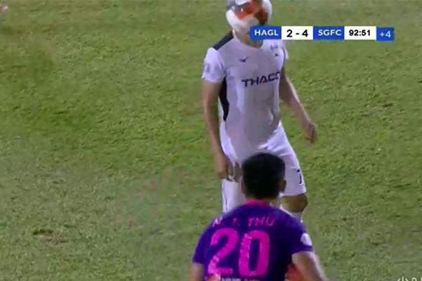 Clip: Cầu thủ Sài Gòn FC ném bóng vào mặt Hồng Duy của HAGL