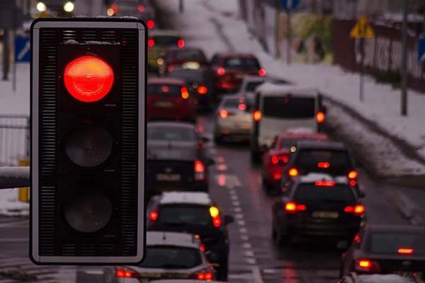 Xe số tự động dừng đèn đỏ về số P hay N hay D?