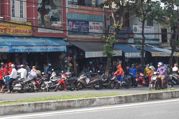 Đà Nẵng: Phòng tránh siêu bão số 9, các cửa hàng bán đồ gia dụng đông ngịt người