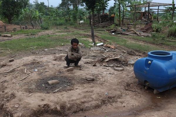 Quảng Trị: Ngôi nhà chỉ còn lại nền sau mưa lũ của cặp vợ chồng Vân Kiều