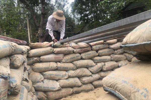 """Người dân Quảng Nam đào hầm trú ẩn trước khi cơn """"cuồng phong"""" số 9 đổ bộ"""