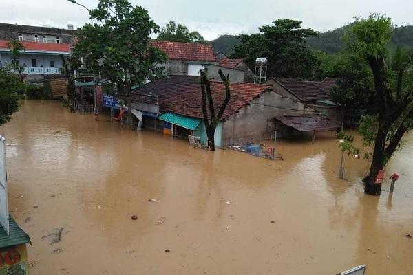Quảng Ngãi: Một thị trấn chìm trong biển nước sau bão số 9