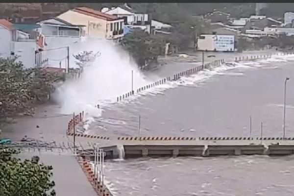 Cập nhật bão số 9 đổ bộ đất liền: Gió giật kinh khủng, thiệt hại nặng nhất ở tỉnh Quảng Ngãi