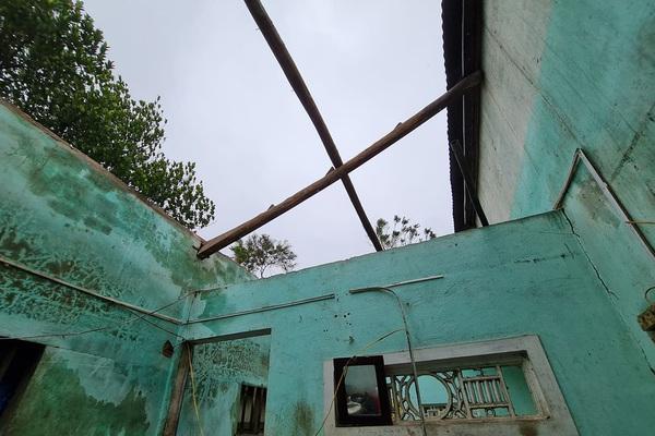 Trực tiếp bão số 9: Mưa trắng trời, gió giật kinh khủng, hàng loạt nhà sập, tốc mái