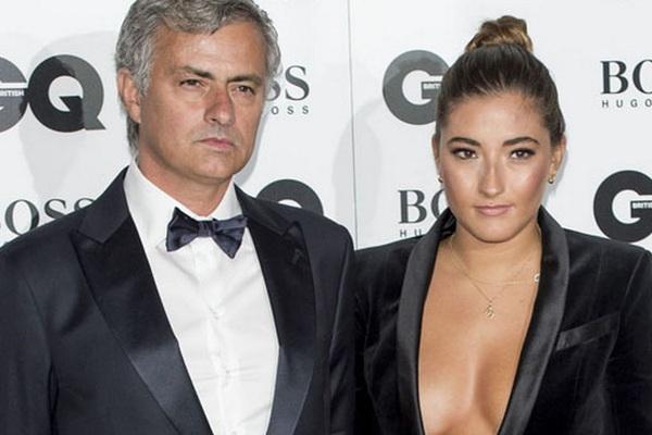 Con gái rượu Mourinho cuồng mặc đầm khoét cổ sâu, sexy khó đỡ
