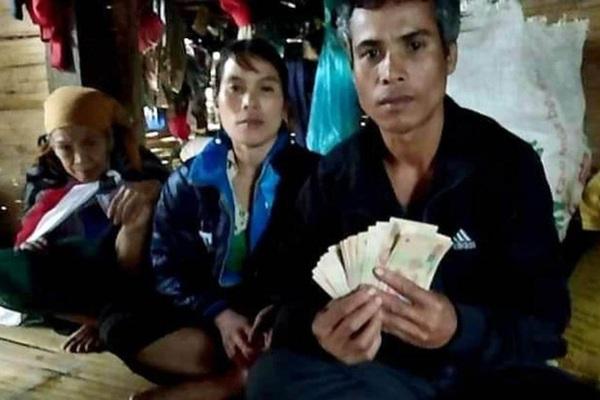 """Gia đình nghèo ở rốn lũ Quảng Trị trả lại 10 triệu đồng nhặt được trong quần áo từ thiện nhận """"cái kết"""" bất ngờ"""