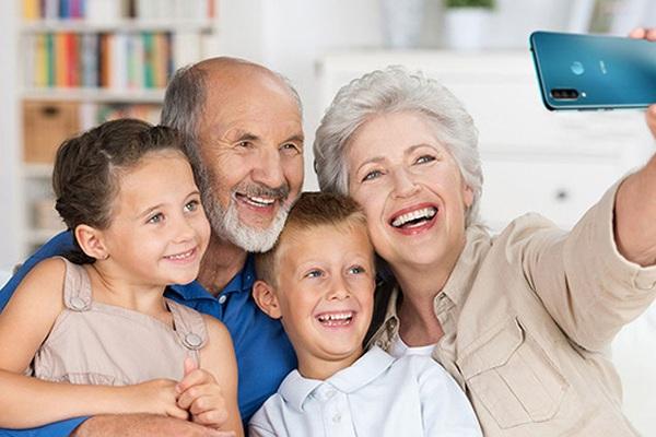 Lựa chọn điện thoại cho người già: Vsmart màn to, pin khoẻ