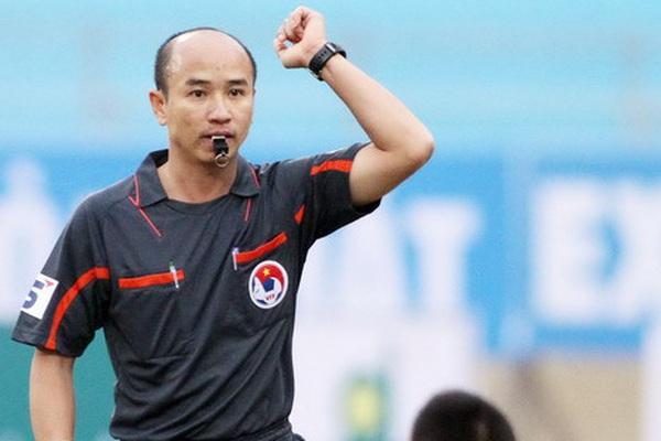 Clip: Trọng tài V.League lăn quay vì bị cầu thủ đá bóng vào mặt