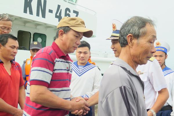 Chùm ảnh: Khánh Hòa đưa 11 ngư dân và tàu cá tỉnh Bình Định gặp nạn vào bờ