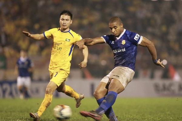 """""""Nhờ"""" trọng tài và """"luật lạ"""", CLB Nam Định trụ hạng V.League!"""