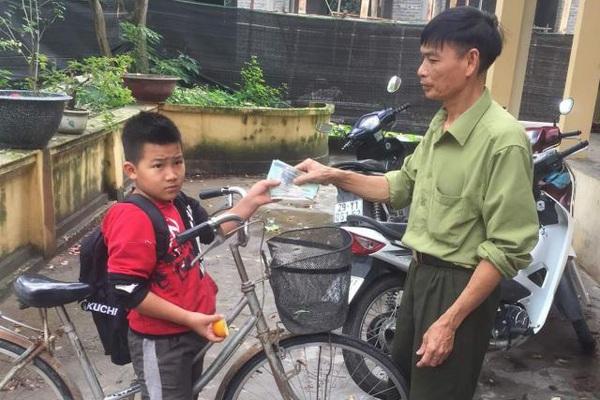 Nhặt được tiền trên đường đến lớp, nam sinh lớp 4 đạp xe lên xã nhờ trả lại