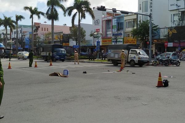Đang dừng đèn đỏ, một phụ nữ bị xe tải tông từ phía sau, tử vong tại chỗ