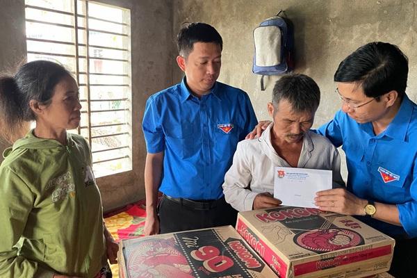 Cậu bé bị chủ quán bánh xèo đánh đập tàn nhẫn ở Bắc Ninh: Tỉnh đoàn Quảng Ngãi thăm hỏi, hỗ trợ